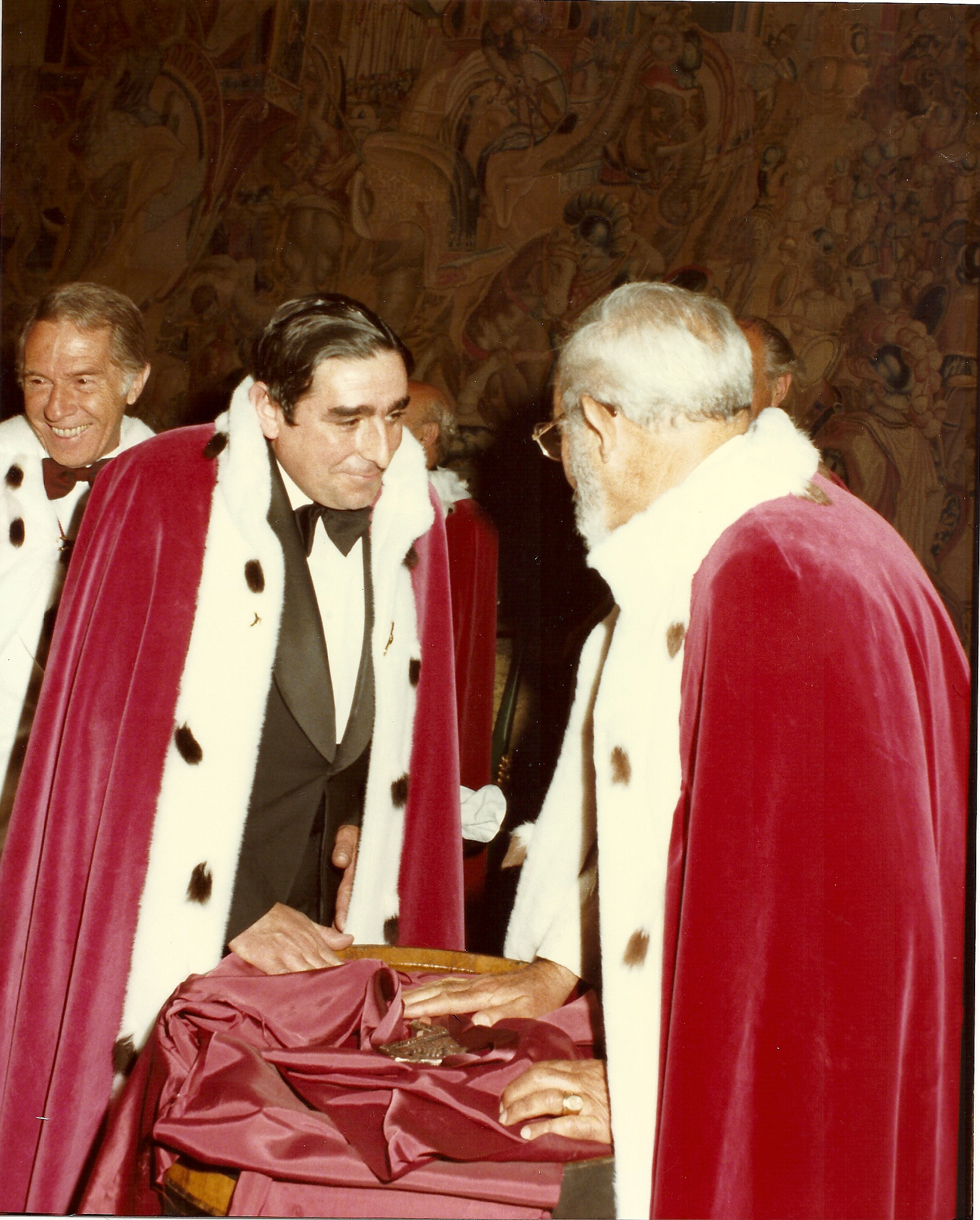 Entrega a Don Eugenio Cuerdo de la Insignia de Serenisimo Capitulo de Caballeros del Vino (1983)