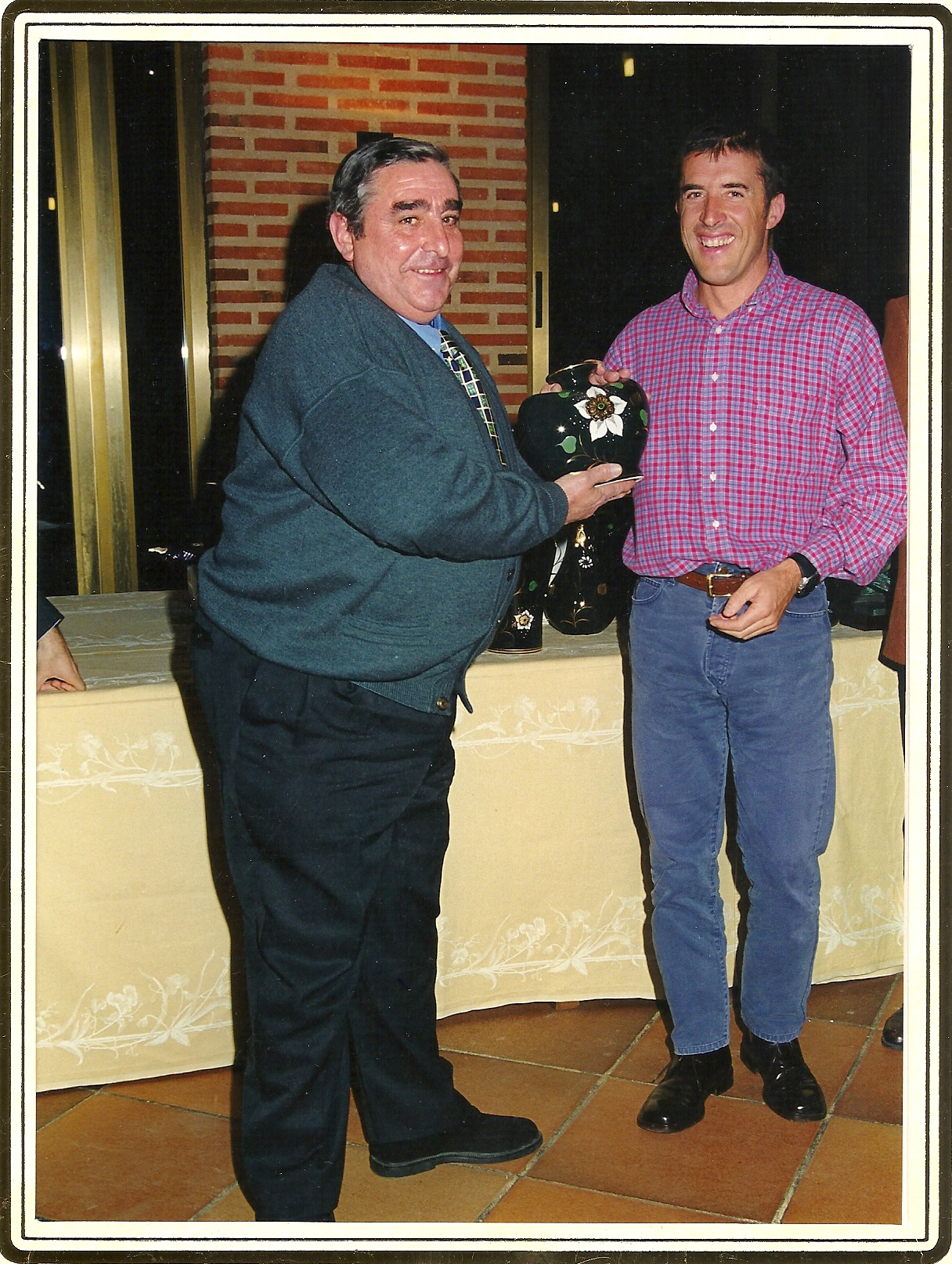 Reconocimiento a Don Eugenio Cuerdo en su apoyo a la Vuelta Cicloturista Internacional Pedro Delgado