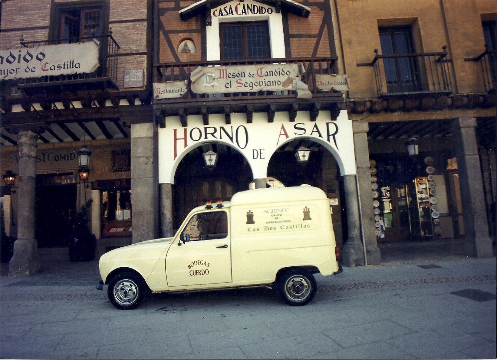 A las puertas del Mesón de Cándido (Segovia)