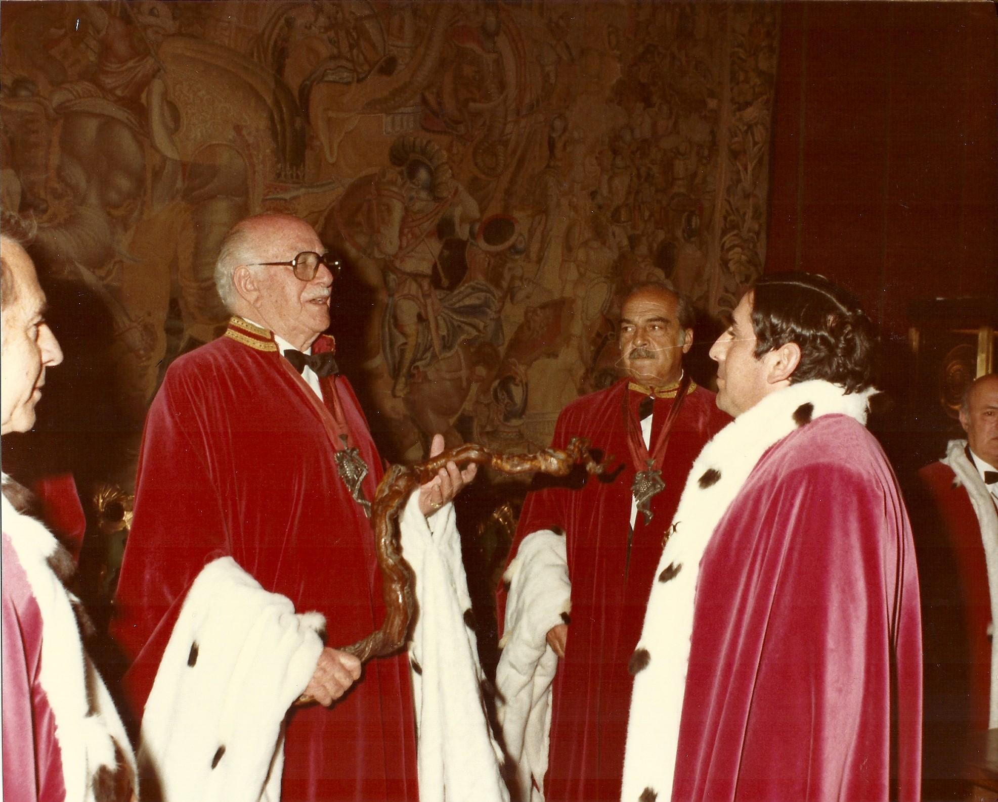 Investidura de Don Eugenio Cuerdo en la Cofradía del _Serenísimo Capitulo de Caballeros del Vino_  (1983)